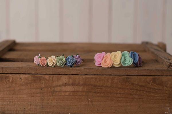 Haarband Regenbogen mit Filzblüten